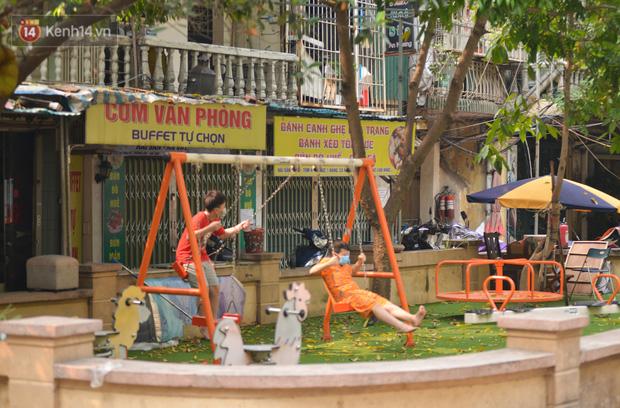 Hà Nội: Phong toả hàng loạt máy tập thể dục ngoài trời, khu vui chơi trẻ em để phòng dịch Covid-19 - Ảnh 12.