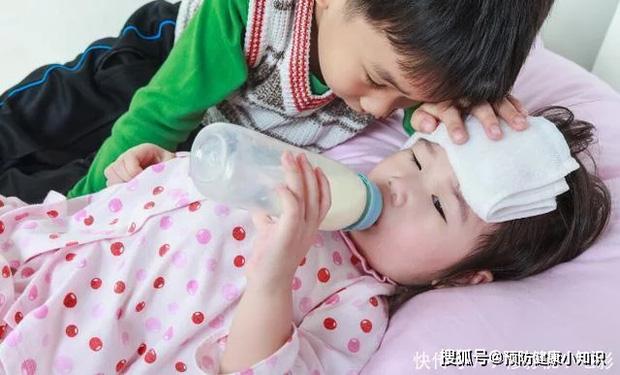 Cả 2 đứa con trong gia đình đều mắc ung thư gan, bác sĩ ứa nước mắt khuyên: 2 loại thực phẩm nên xuất hiện trên bàn ăn càng ít càng tốt - Ảnh 1.
