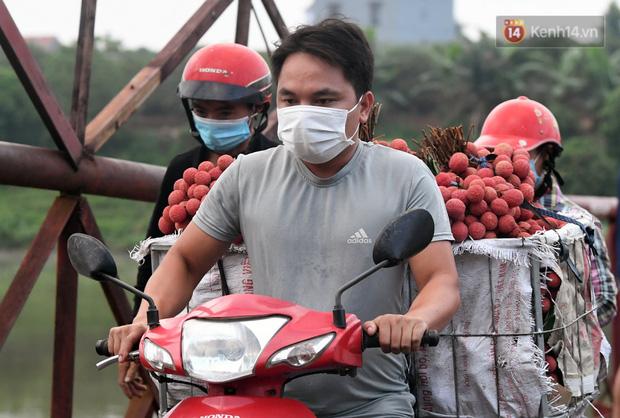 Bắc Giang: Kiếm tiền triệu từ việc đẩy xe chở vải lên dốc cầu phao trong mùa thu hoạch - Ảnh 11.
