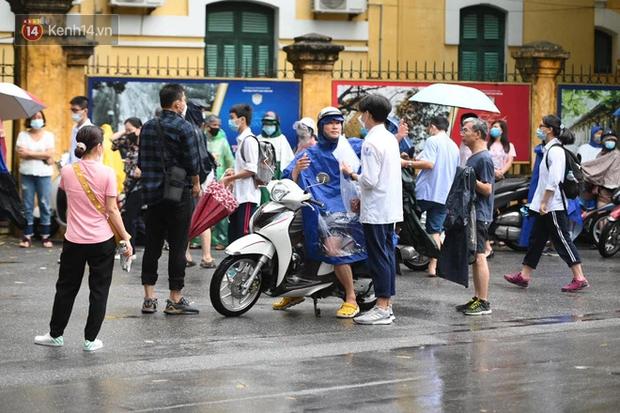 Hình ảnh phụ huynh đội mưa đưa con đi thi: Cứ đến cổng trường những ngày này sẽ hiểu lòng cha mẹ! - Ảnh 11.