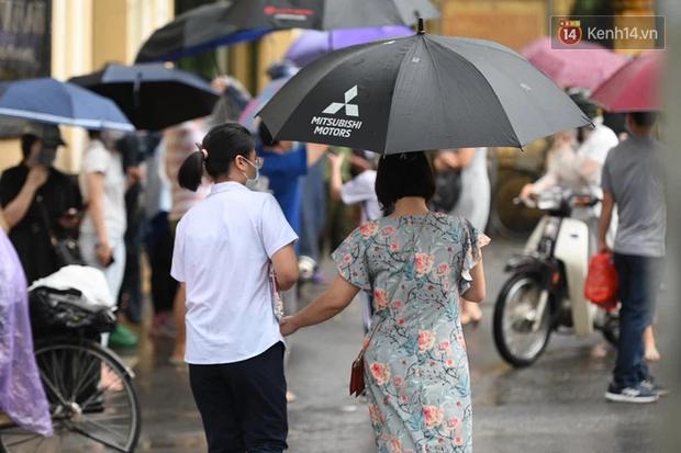 Hình ảnh phụ huynh đội mưa đưa con đi thi: Cứ đến cổng trường những ngày này sẽ hiểu lòng cha mẹ! - Ảnh 12.