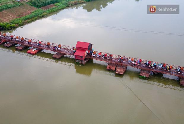 Bắc Giang: Kiếm tiền triệu từ việc đẩy xe chở vải lên dốc cầu phao trong mùa thu hoạch - Ảnh 17.