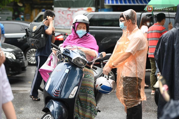 Hình ảnh phụ huynh đội mưa đưa con đi thi: Cứ đến cổng trường những ngày này sẽ hiểu lòng cha mẹ! - Ảnh 8.