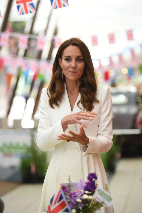 Công nương Kate đọ sắc với các Đệ nhất phu nhân trong bộ đầm giản dị, trở thành tâm điểm chú ý bởi loạt hành động tinh tế - Ảnh 9.