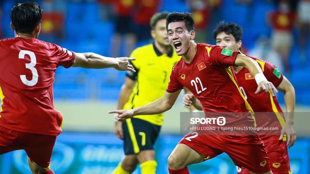 Giành chiến thắng nghẹt thở 2-1, Việt Nam tiễn Malaysia về nước, vững ngôi đầu vòng loại World Cup 2022 - Ảnh 1.