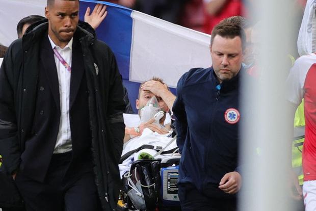Khoảnh khắc cầu thủ Đan Mạch bất ngờ gục ngã ngay giữa trận đấu khiến cả thế giới bàng hoàng, bật khóc: Ronaldo gửi lời chúc bình an, bác sĩ lý giải nguyên nhân - Ảnh 4.