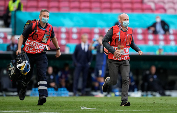 Khoảnh khắc cầu thủ Đan Mạch bất ngờ gục ngã ngay giữa trận đấu khiến cả thế giới bàng hoàng, bật khóc: Ronaldo gửi lời chúc bình an, bác sĩ lý giải nguyên nhân - Ảnh 7.