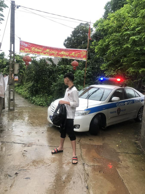 Loạt thí sinh gặp sự cố được CSGT hộ tống đi thi: Xe ngập nước chết máy giữa đường, quên giấy báo, tới nhầm điểm trường - Ảnh 2.