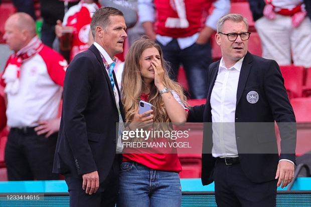 Ảnh: Vợ ngôi sao tuyển Đan Mạch leo rào, bật khóc trong vòng tay đồng đội khi thấy chồng mình đột quỵ - Ảnh 4.