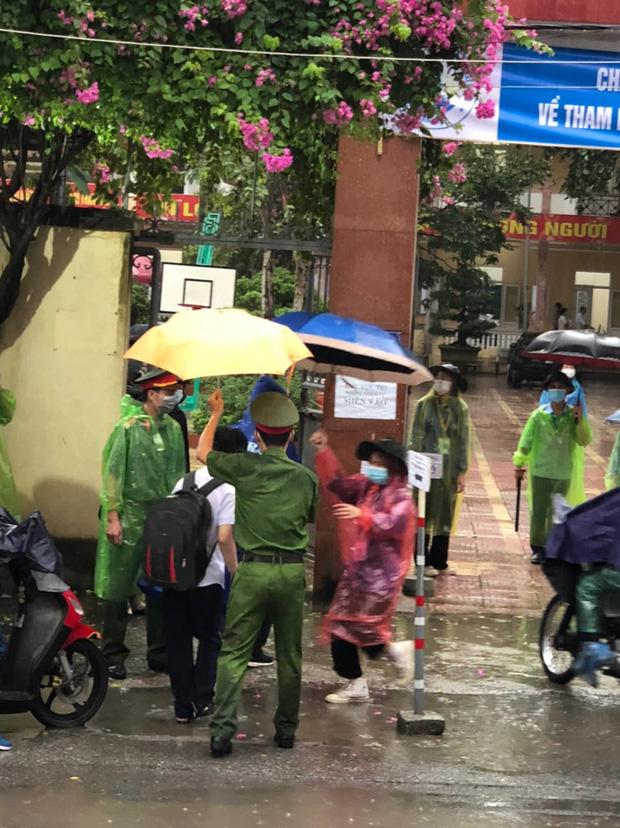 Loạt thí sinh gặp sự cố được CSGT hộ tống đi thi: Xe ngập nước chết máy giữa đường, quên giấy báo, tới nhầm điểm trường - Ảnh 6.