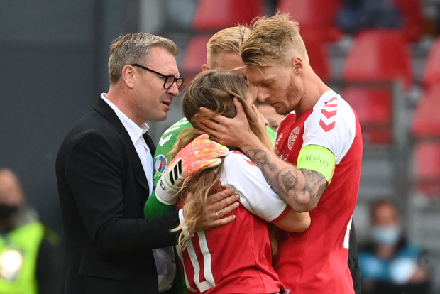 Ảnh: Vợ ngôi sao tuyển Đan Mạch leo rào, bật khóc trong vòng tay đồng đội khi thấy chồng mình đột quỵ - Ảnh 6.