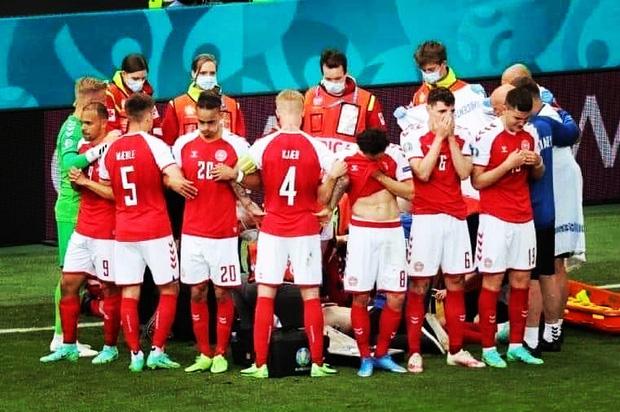 Tình người xúc động ở khoảnh khắc Eriksen ngã xuống: Đồng đội cứu đồng đội, cả khán đài rơi nước mắt cầu nguyện - Ảnh 7.