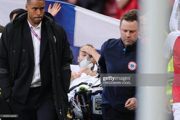 Ảnh: Vợ ngôi sao tuyển Đan Mạch leo rào, bật khóc trong vòng tay đồng đội khi thấy chồng mình đột quỵ - Ảnh 7.