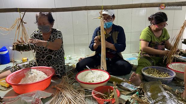 Người Sài Gòn tất bật gói hàng chục nghìn bánh ú nước tro dịp Tết Đoan Ngọ - Ảnh 2.