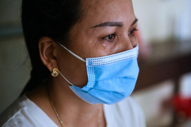 Mẹ của bệnh nhân Covid-19 nặng từng tiên lượng tử vong: Con chúng tôi đã được cứu sống rồi. Công ơn này chúng tôi xin ghi lòng tạc dạ - Ảnh 1.