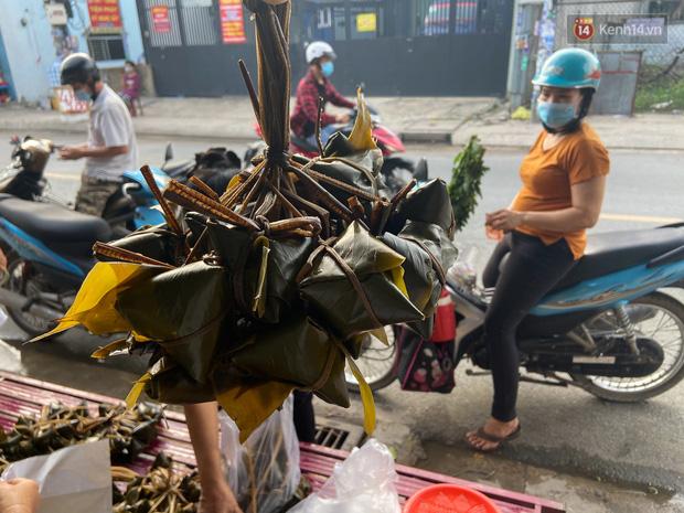 Người Sài Gòn tất bật gói hàng chục nghìn bánh ú nước tro dịp Tết Đoan Ngọ - Ảnh 11.