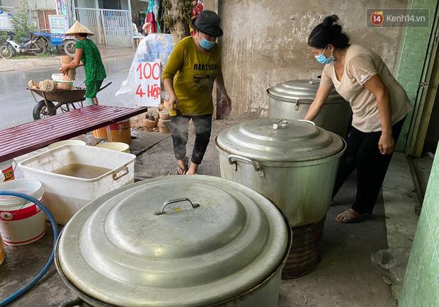 Người Sài Gòn tất bật gói hàng chục nghìn bánh ú nước tro dịp Tết Đoan Ngọ - Ảnh 5.