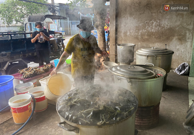 Người Sài Gòn tất bật gói hàng chục nghìn bánh ú nước tro dịp Tết Đoan Ngọ - Ảnh 6.