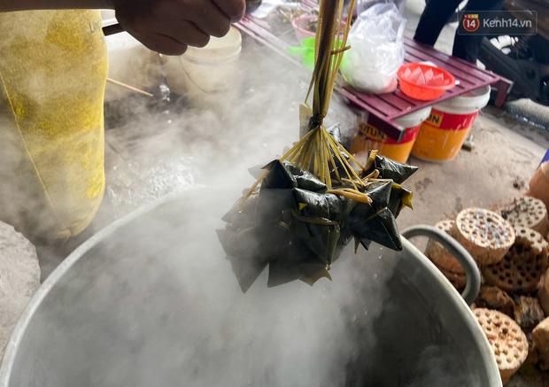 Người Sài Gòn tất bật gói hàng chục nghìn bánh ú nước tro dịp Tết Đoan Ngọ - Ảnh 7.