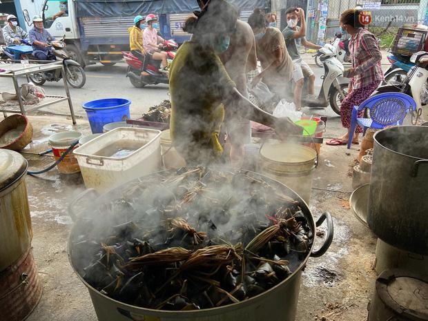Người Sài Gòn tất bật gói hàng chục nghìn bánh ú nước tro dịp Tết Đoan Ngọ - Ảnh 8.