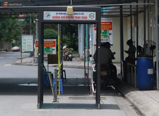 Ảnh: Bệnh viện Đức Giang ngừng tiếp nhận bệnh nhân sau 2 ca dương tính SARS-CoV-2 - Ảnh 13.
