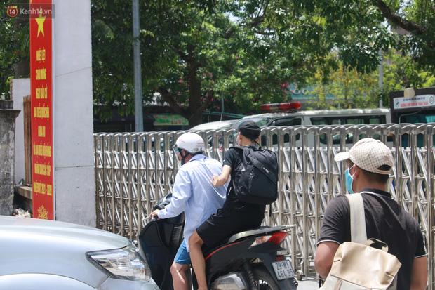 Ảnh: Bệnh viện Đức Giang ngừng tiếp nhận bệnh nhân sau 2 ca dương tính SARS-CoV-2 - Ảnh 14.