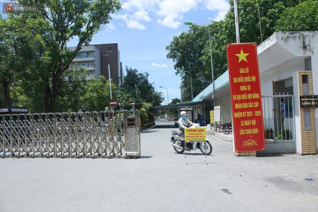 Ảnh: Bệnh viện Đức Giang ngừng tiếp nhận bệnh nhân sau 2 ca dương tính SARS-CoV-2 - Ảnh 3.