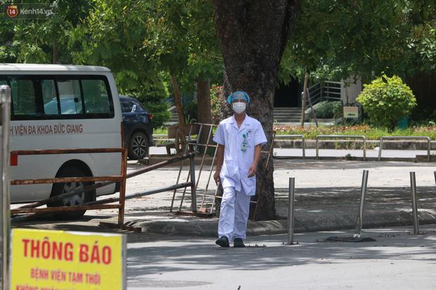 Ảnh: Bệnh viện Đức Giang ngừng tiếp nhận bệnh nhân sau 2 ca dương tính SARS-CoV-2 - Ảnh 4.