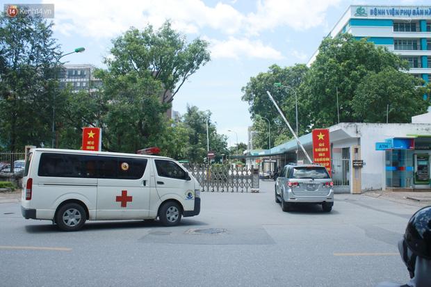 Ảnh: Bệnh viện Đức Giang ngừng tiếp nhận bệnh nhân sau 2 ca dương tính SARS-CoV-2 - Ảnh 5.