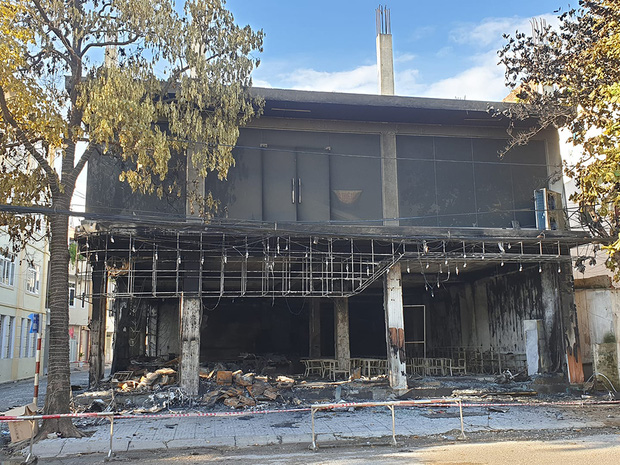 Ảnh: Hiện trường ám ảnh vụ cháy phòng trà khiến 4 người lớn và 2 trẻ em tử vong trong đêm - Ảnh 7.