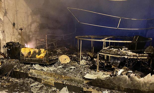 Ảnh: Hiện trường ám ảnh vụ cháy phòng trà khiến 4 người lớn và 2 trẻ em tử vong trong đêm - Ảnh 9.