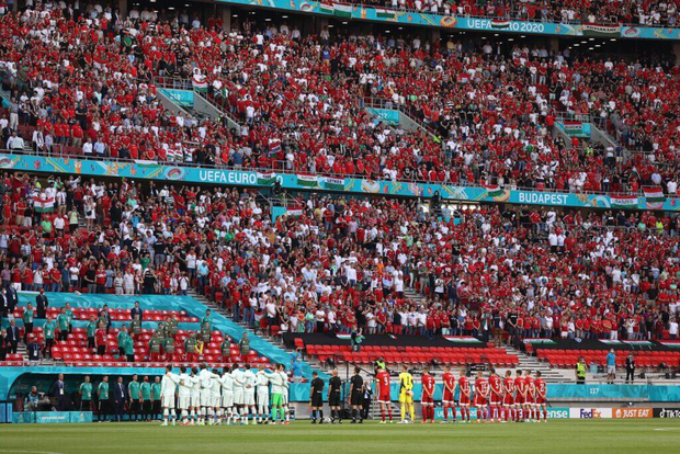 Khán giả ngồi kín đặc khán đài như chưa từng có... COVID-19 trong trận Bồ Đào Nha vs Hungary tại Euro 2020 - Ảnh 2.