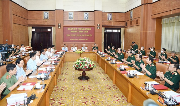 Công bố quyết định của Bộ Chính trị về công tác cán bộ - Ảnh 4.
