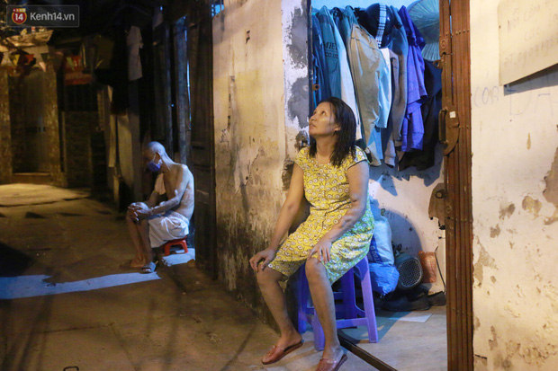 Nóng bủa vây cả đêm ở xóm chạy thận Hà Nội: Cả căn phòng cứ như cái lò nung, mỗi ngày chỉ ngủ được 2-3 tiếng - Ảnh 2.