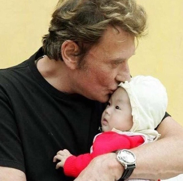 Em bé mồ côi Việt Nam được vợ chồng danh ca Pháp nổi tiếng nhận nuôi gây bất ngờ với cuộc sống và diện mạo sau 17 năm - Ảnh 1.