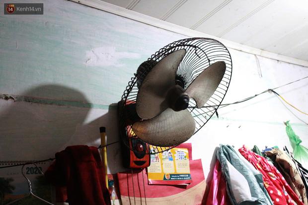 Nóng bủa vây cả đêm ở xóm chạy thận Hà Nội: Cả căn phòng cứ như cái lò nung, mỗi ngày chỉ ngủ được 2-3 tiếng - Ảnh 12.