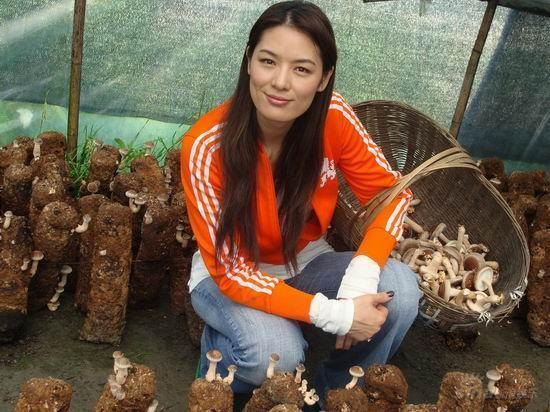 Đệ nhất người mẫu châu Á bị cắm sừng, bỏ chồng về quê làm ruộng và cuộc sống bất ngờ với tài sản 23.000 tỷ đồng  - Ảnh 4.