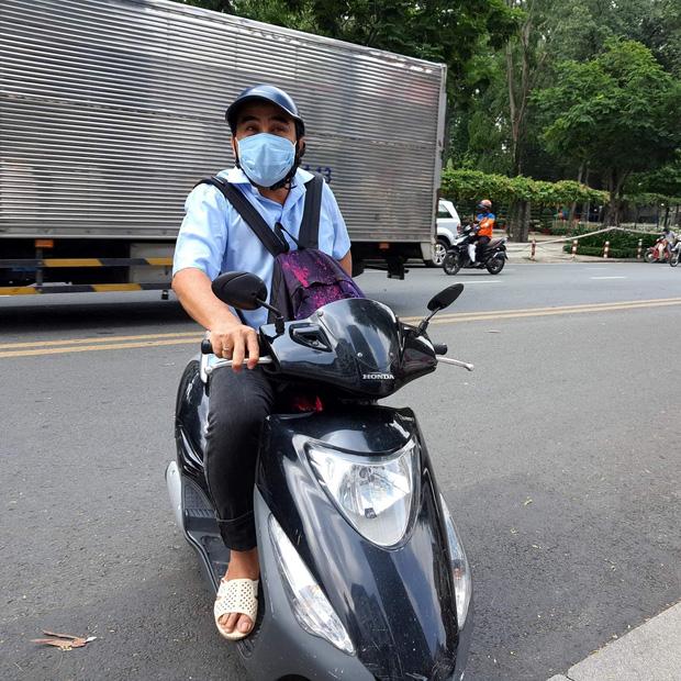 MC Quyền Linh đi dép lê, đeo ba lô tiền, tự chạy xe máy tới ủng hộ thêm 2,2 tỷ VNĐ cho quỹ vaccine cho người lao động nghèo - Ảnh 1.