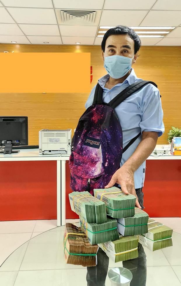 MC Quyền Linh đi dép lê, đeo ba lô tiền, tự chạy xe máy tới ủng hộ thêm 2,2 tỷ VNĐ cho quỹ vaccine cho người lao động nghèo - Ảnh 2.