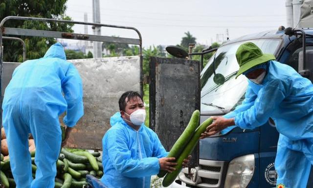 Không quản nắng nóng, người đàn ông Bắc Giang tiếp tế 10.000 gói băng vệ sinh cho chị em trong khu cách ly - Ảnh 1.