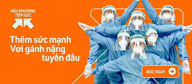 MC Quyền Linh đi dép lê, đeo ba lô tiền, tự chạy xe máy tới ủng hộ thêm 2,2 tỷ VNĐ cho quỹ vaccine cho người lao động nghèo - Ảnh 4.