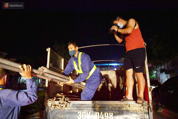 Ảnh: Di dời hàng cây phong lá đỏ trên 2 tuyến phố Hà Nội ngay trong đêm - Ảnh 3.