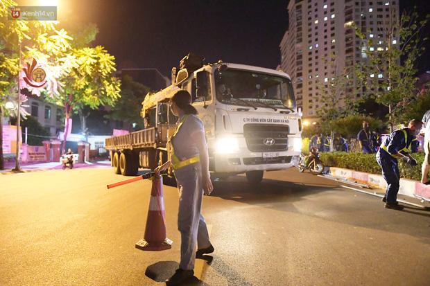 Ảnh: Di dời hàng cây phong lá đỏ trên 2 tuyến phố Hà Nội ngay trong đêm - Ảnh 5.