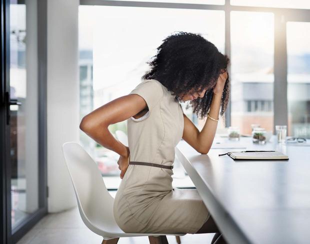 Cách chữa đau lưng do ngồi máy tính nhiều, đơn giản dễ thực hiện tại nhà - Ảnh 1.