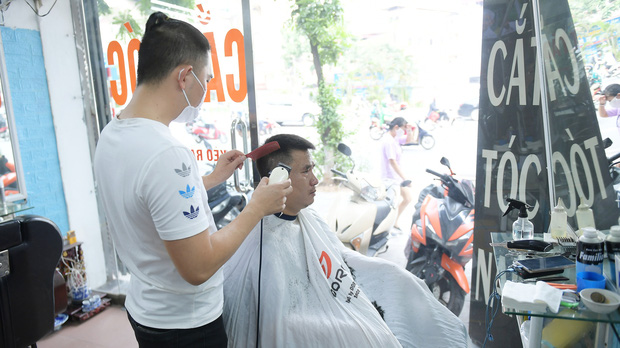 Ảnh: Sau gần 1 tháng chờ đợi, người dân đi cắt tóc gội đầu ngay trong sáng đầu tiên Hà Nội nới lỏng các dịch vụ - Ảnh 2.