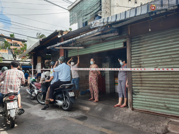 Nhiều tuyến đường ở Sài Gòn được giăng dây, lập hàng rào hạn chế để dẹp chợ tự phát - Ảnh 2.
