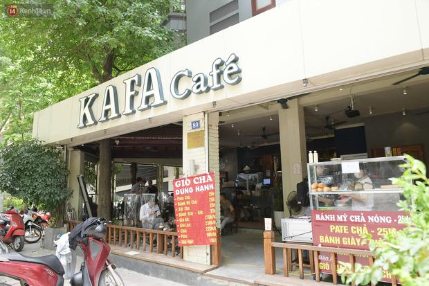 Ảnh: Sau gần 1 tháng, dân công sở lại được thảnh thơi ăn quán, uống cà phê vào giờ nghỉ trưa - Ảnh 1.