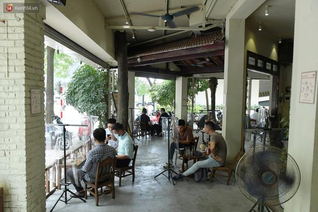 Ảnh: Sau gần 1 tháng, dân công sở lại được thảnh thơi ăn quán, uống cà phê vào giờ nghỉ trưa - Ảnh 2.