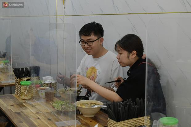 Ảnh: Sau gần 1 tháng, dân công sở lại được thảnh thơi ăn quán, uống cà phê vào giờ nghỉ trưa - Ảnh 11.