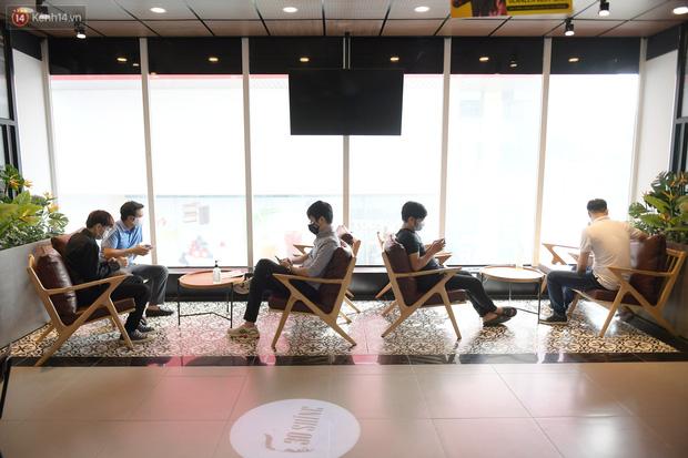 Ảnh: Sau gần 1 tháng chờ đợi, người dân đi cắt tóc gội đầu ngay trong sáng đầu tiên Hà Nội nới lỏng các dịch vụ - Ảnh 12.
